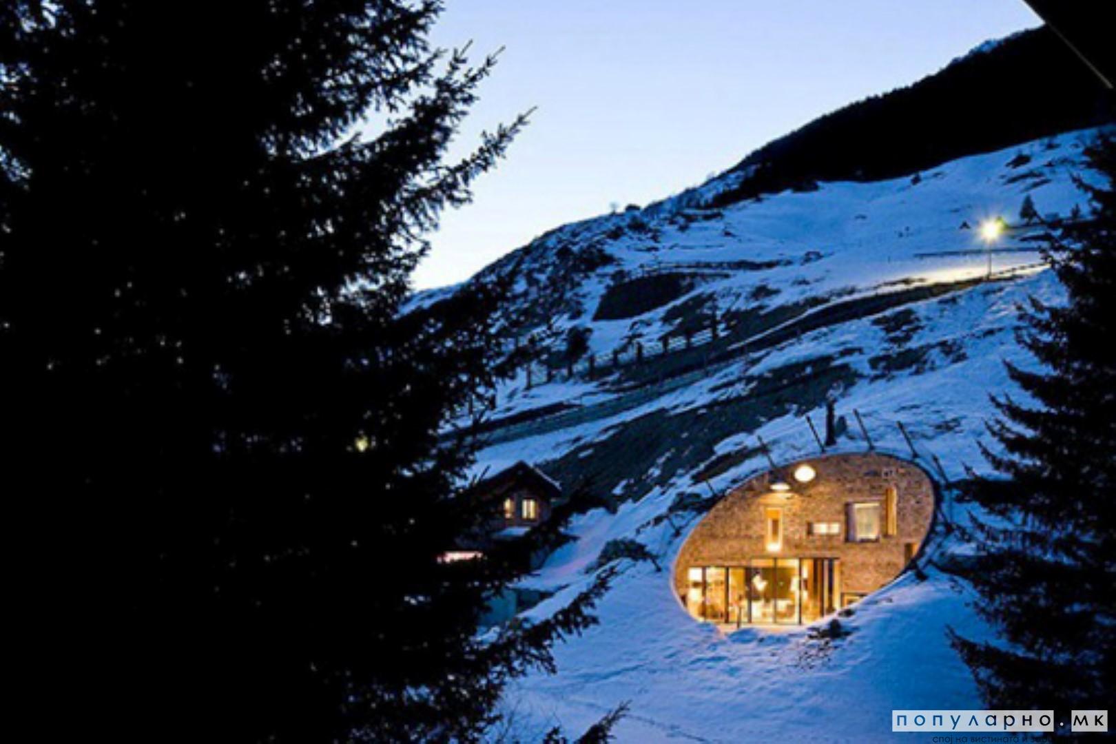 Вила вградена во планина во Швајцарија
