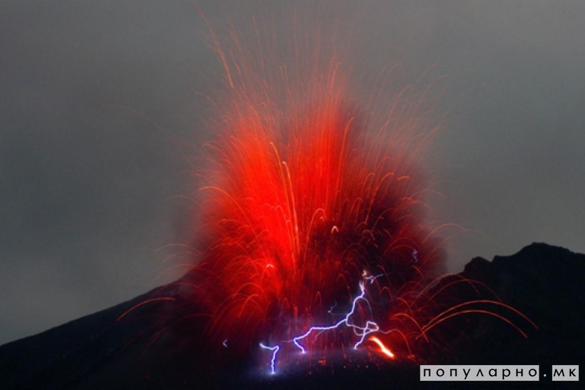 ФОТО: Фотографиран гром како удира во еруптиран вулкан