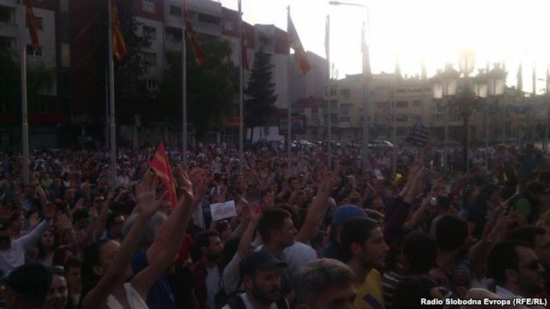 Илјадници граѓани протестираат пред Владата