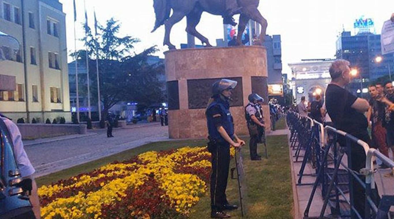 И вечерва мирно се протестираше пред Собранието, но и во останатите градови