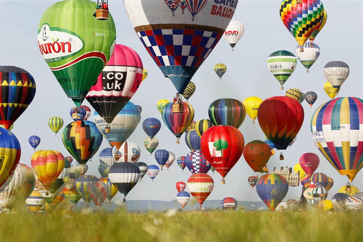ФОТОГАЛЕРИЈА: 453 разнобојни балони летаа за време на фестивал во Франција