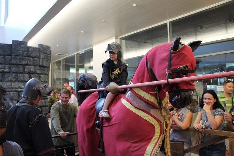ФОТОГАЛЕРИЈА: Витези и принцези го окупираа Скопје Сити Мол