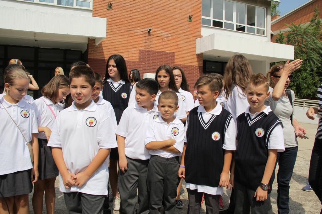 Нова училишна облека и годинава за учениците во Општина Аеродром