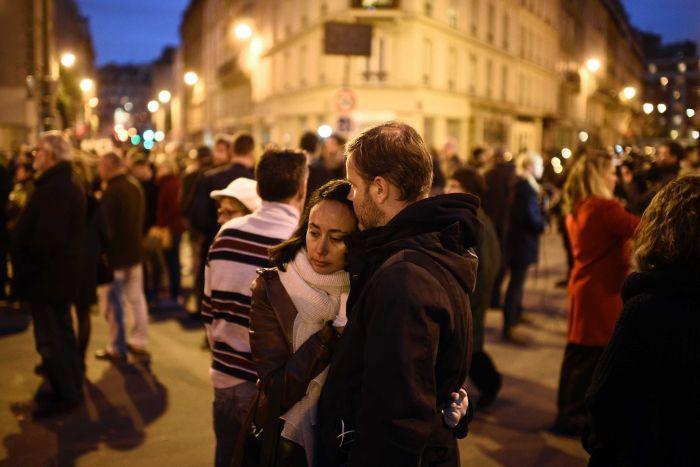 Французите и туристите се повикани да одат вечерва во рестораните во земјата за да покажат дека не се плашат
