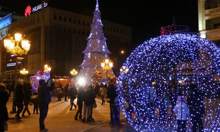Со Дедо Мраз и децата започнува новогодишната забава во Скопје