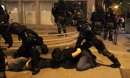 Состојбата во Центар мирна - полицијата приведе 12 демонстранти (ФОТО)