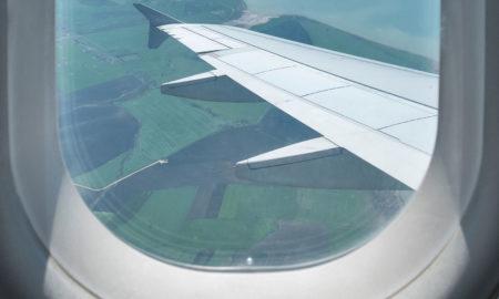 Зошто ролетните на авионските прозорци мора да бидат кренати при полетување и слетување?