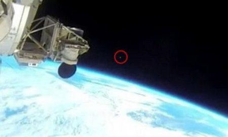 СКАНДАЛОЗНА СНИМКА: Прекинат пренос во живо од вселената откако НЛО прелетува над Земјата (ВИДЕО)