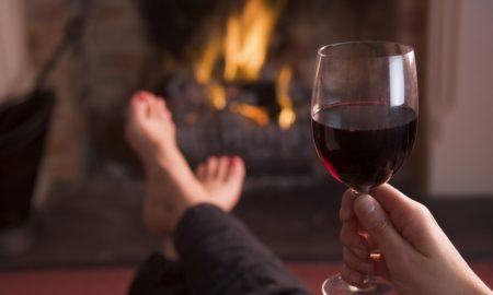 ПО НАПОРЕН ДЕН: Зошто чаша црвено вино е добра за вашето здравје?