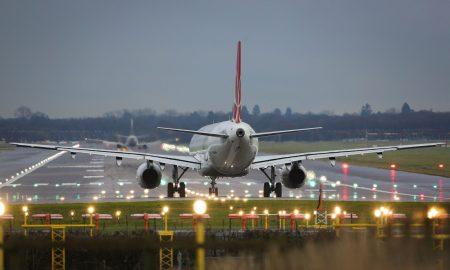 Зошто патниците ракоплескаат при слетување на авионот?