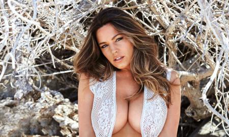 Најзгодната жена на светот позирала гола за секси календар за 2017 година