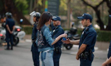 ЗГРЕШИЈА, ПА ЈА ПОВЛЕКОА РЕКЛАМАТА: Пепси му се извини на светот за спорната реклама со Кендал Џенер (ВИДЕО)