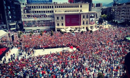"""""""АЈДЕ, АЈДЕ ВАРДАРЕ!"""": Илјадници граѓани на плоштад за хероите на Вардар (ФОТО)"""