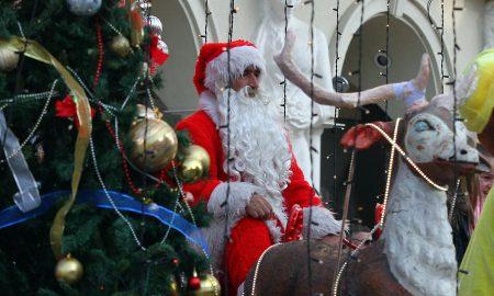 """Дедо Мраз со еко автомобил пристигна на плоштад """"Македонија"""""""