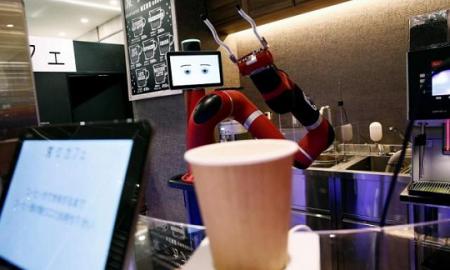 Во јапонско кафуле робот подготвува и служи кафе