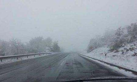 """Обилен снег на дел од патиштата, забрана за автомобили преку """"Буково"""""""